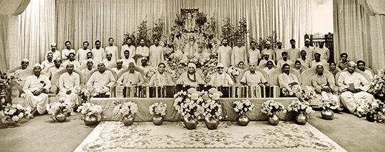 Maharishi Mahesh Yogi mit Vaidyas